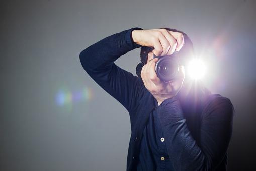 フラッシュを光らせる男性カメラマン Emotifエモーティフスタジオ 都内品川区五反田の格安真っ白スタジオ