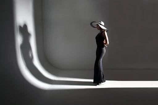 白ホリスタジオに立つ女性の写真|Emotifエモーティフスタジオ|都内品川区五反田の格安真っ白スタジオ
