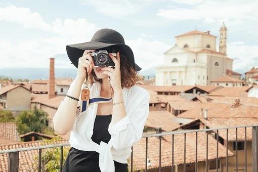 カメラを構える女性 Emotif エモーティフ格安撮影スタジオ